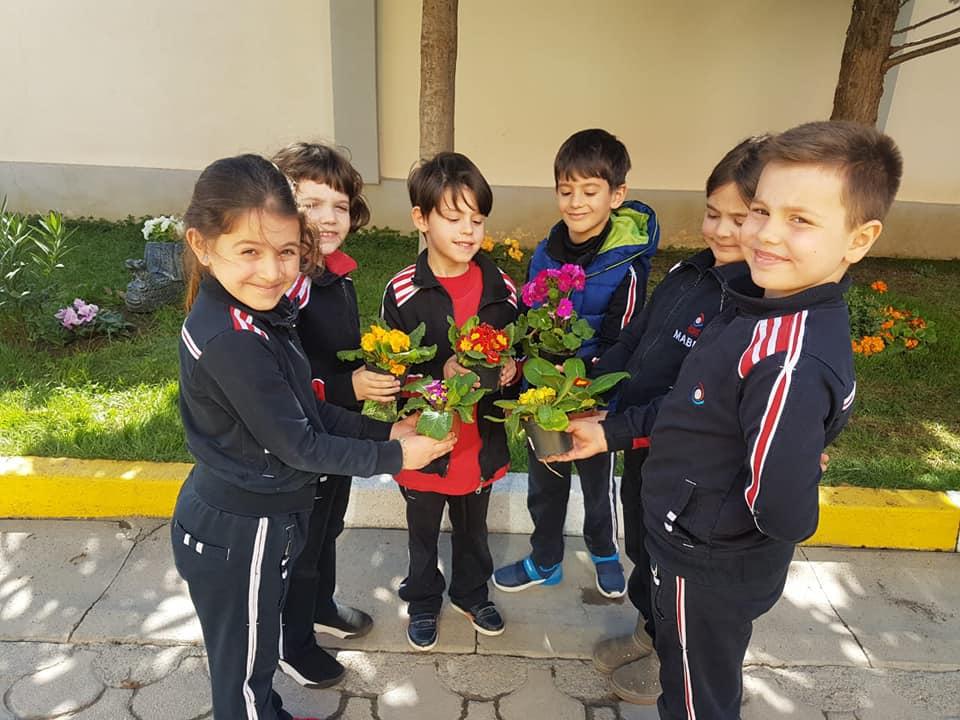 Nxënësit e klasave të para mësojnë të mbjellin lule