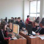 Nxënësit e klasave të shtata dhe të teta testojnë online njohuritë e tyre në lëndën e matematikës përmes programit AMC (Konkursi Amerikan i Matematikës)