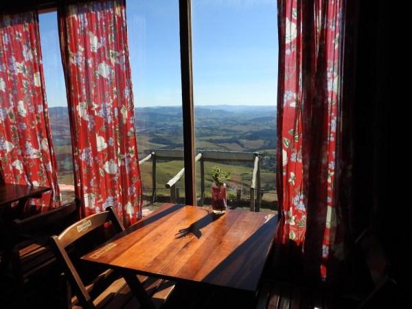 Vista da área interna do restaurante Bar da Pedra (Foto: Alessandra Maróstica)