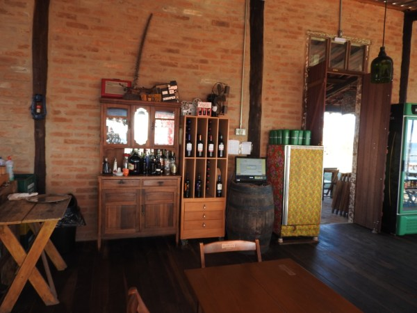 Área interna do restaurante Bar da Pedra (Foto: Alessandra Maróstica)