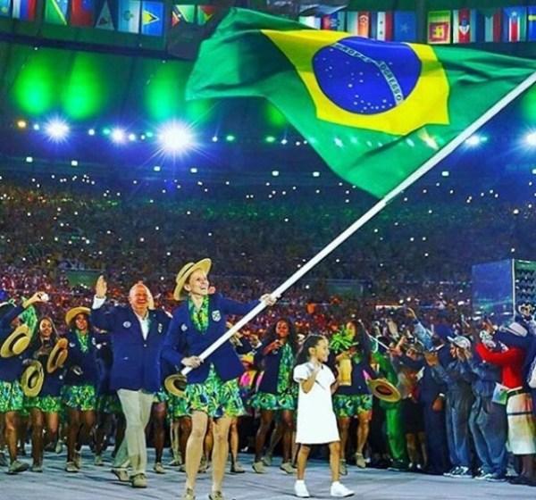 Yane Marques levando a bandeira do Brasil.