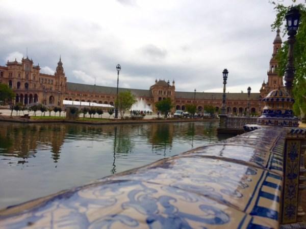 Azulejos dão um toque especial na paisagem da Plaza de España. (Foto: Alessandra Maróstica)