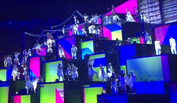 Dançarinos se apresentando na Cerimônia de Abertura das Olimpíadas 2016.