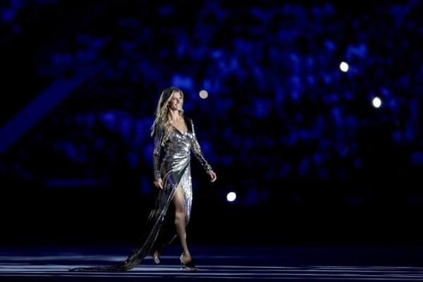 Gisele Bündchen desfilando na maior passarela de sua carreira.