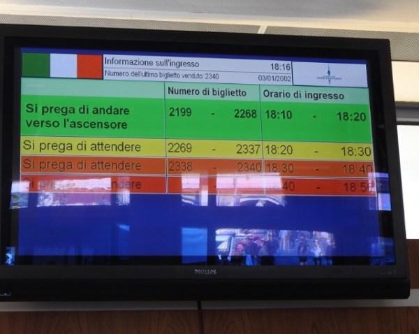 Painel mostrando em vários idiomas, quem deve se dirigir aos elevadores. (Foto: Alessandra Maróstica)