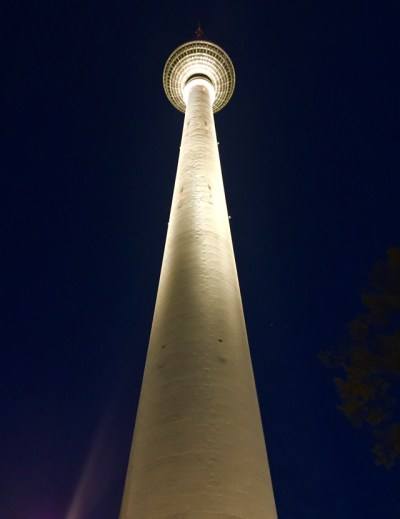 Berliner Fernsehturm a noite. (Foto: Alessandra Maróstica)