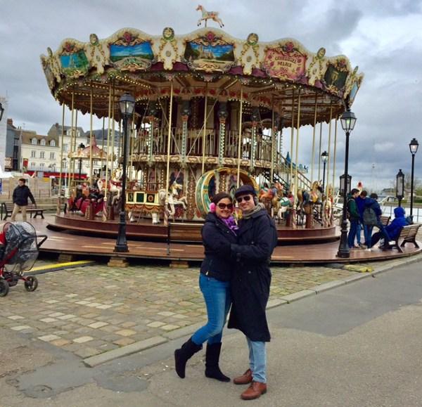 """Visitando o """"Carrousel à Honfleur"""". (Foto: Blog Tirando Férias)"""