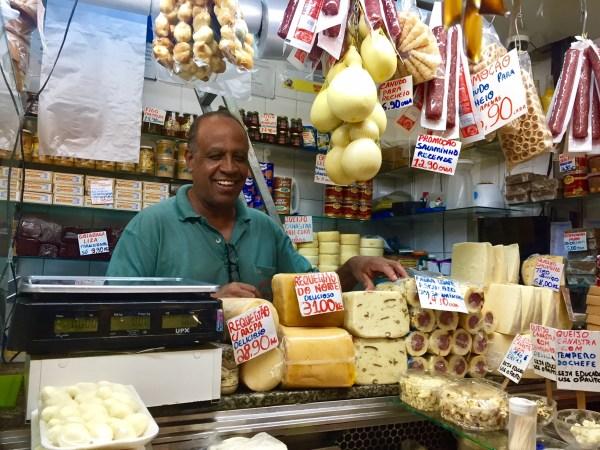 Simpático Sr. José da loja Queijinho de Minas, no Mercado central de BH. Foto: AMF / Blog Tirando Férias