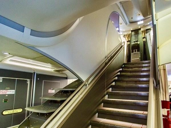 Escada que dá acesso ao piso superior do A380 da Air France. Foto: AMF / Blog Tirando Férias
