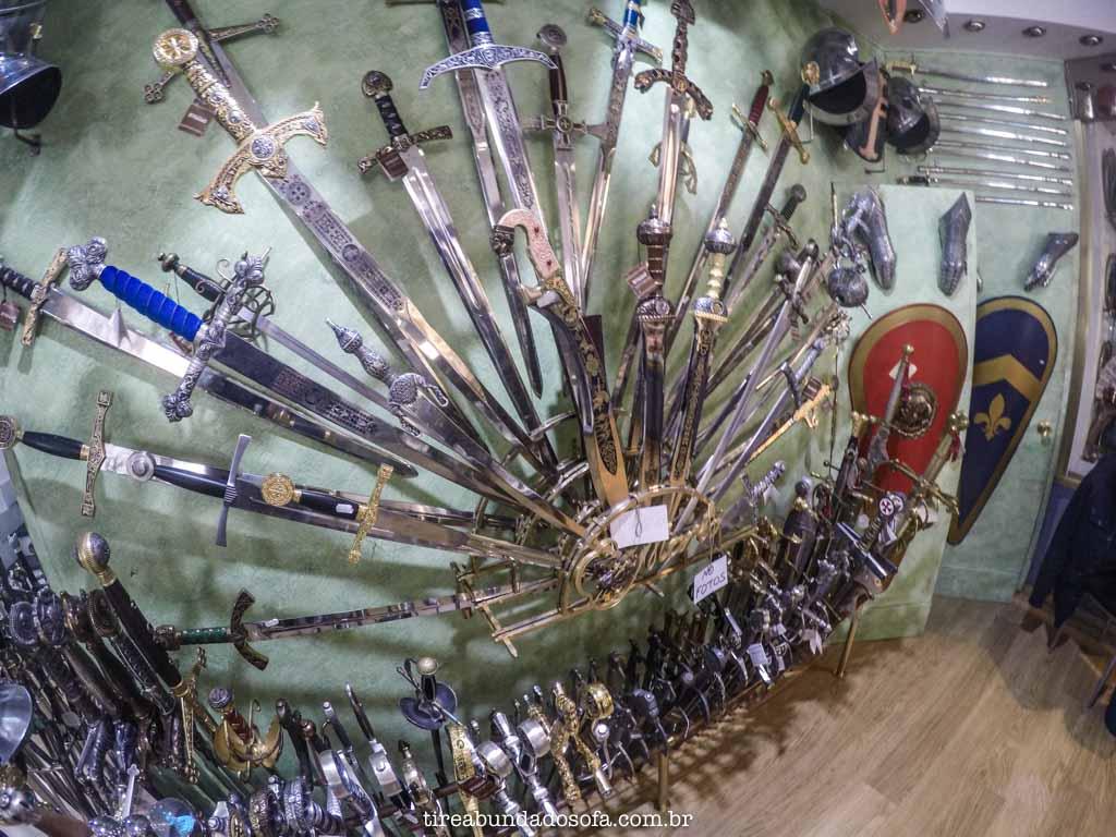 Espadas em tamanho real, para vender em Toledo, perto de Madrid, espanha