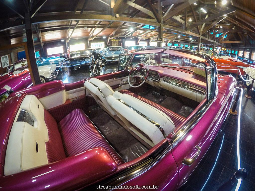 Interior de carro antigo de luxo no Hollywood Dream Cars