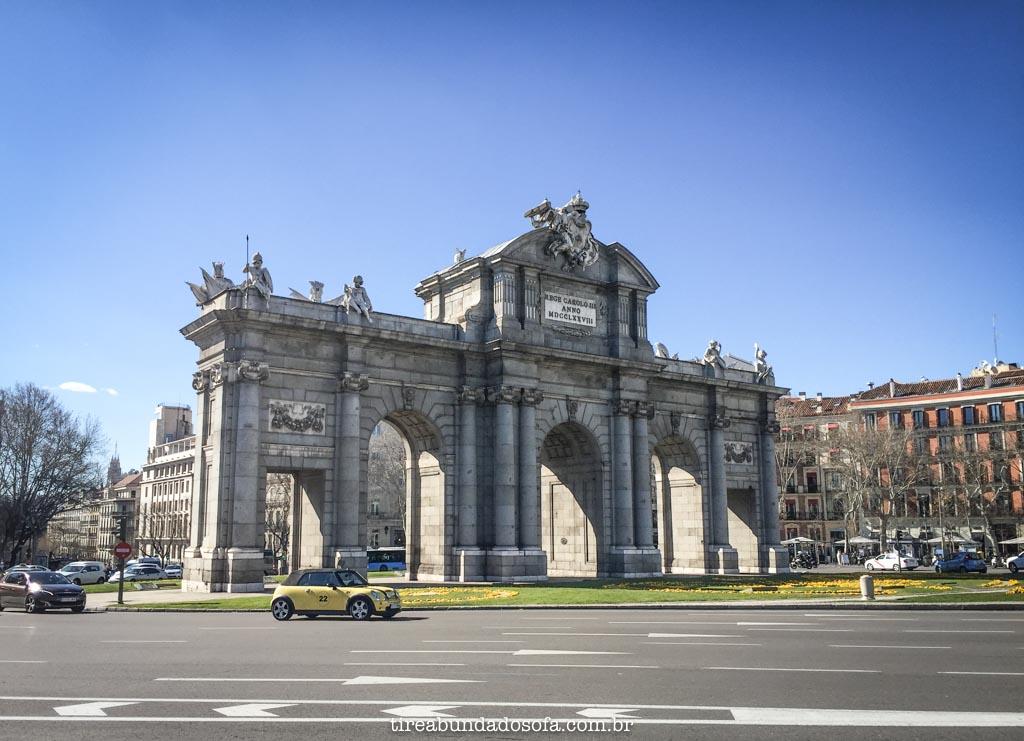 A majestosa Puerta de Alcalá, em Madrid, Espanha