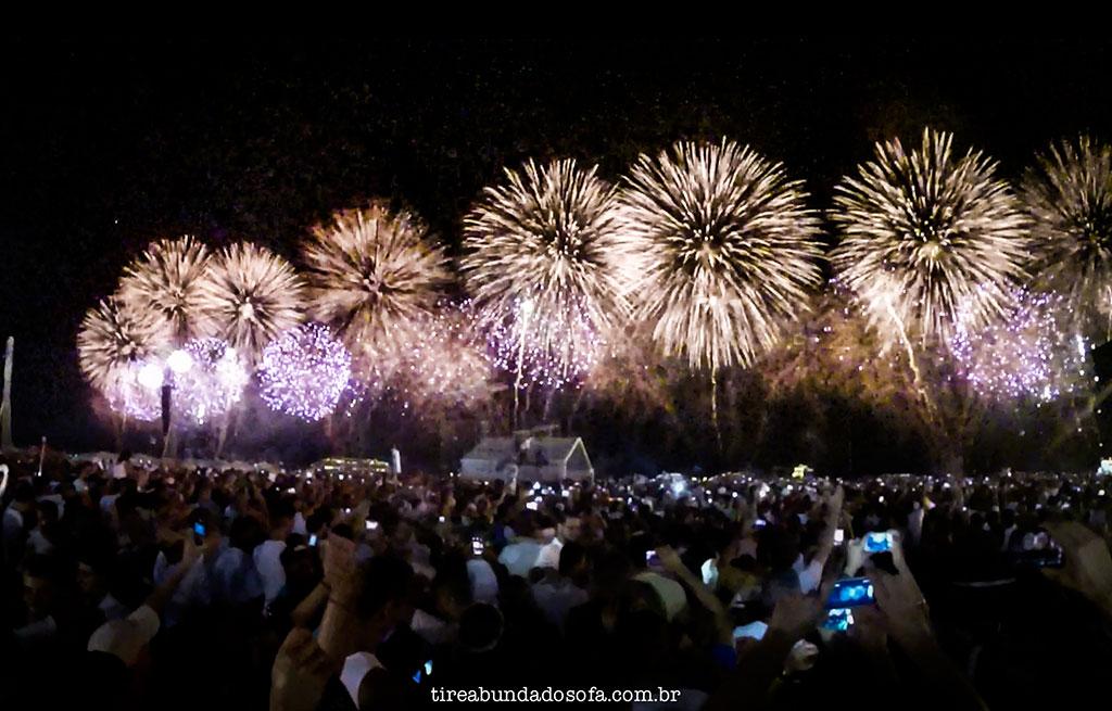 famosa queima de fogos no réveillon do rio de janeiro, em copacabana
