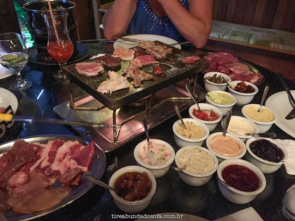 Fondue de carne no Carlito's Restaurante, prato principal do rodízio de fondue completo