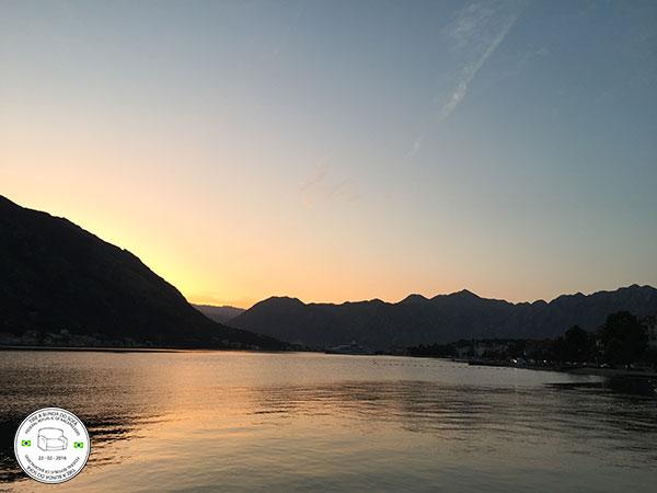 pôr do sol em kotor, montenegro, europa