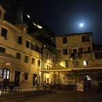 lua cheia na noite da old town kotor, montenegro