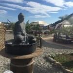 estátua oriental no biddha beach bar, praia a mare, itália
