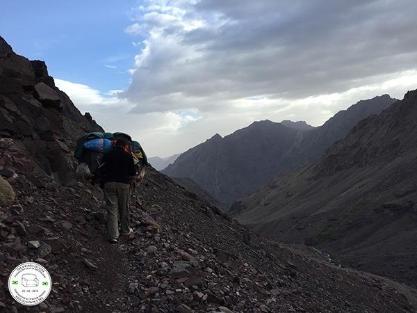 trilha para o topo de toubkal, montanha mais alta do marrocos