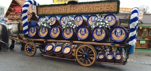 carro de desfile da cervejaria HB na fruhlingfest, em munique, alemanha