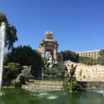 monumento e fonte de água em parque de barcelona, espanha