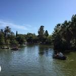 passeio de barco em parque de barcelona, espanha
