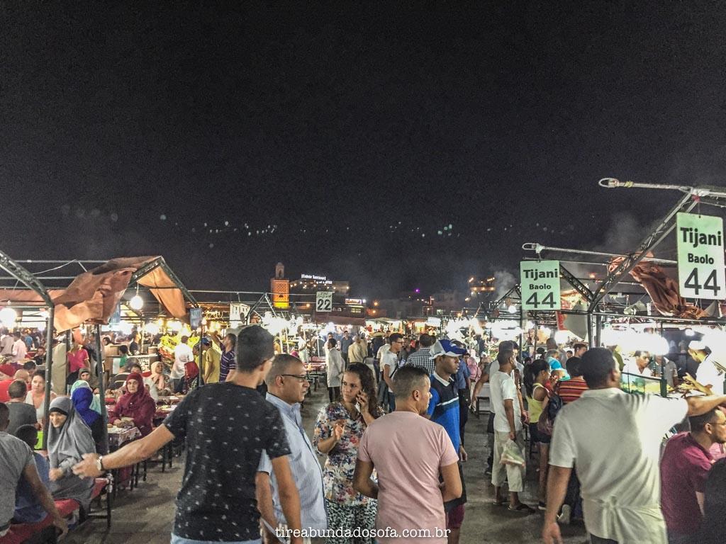 Barraquinhas e vendedores de rua, em Marrakech, na praça jeema el fna