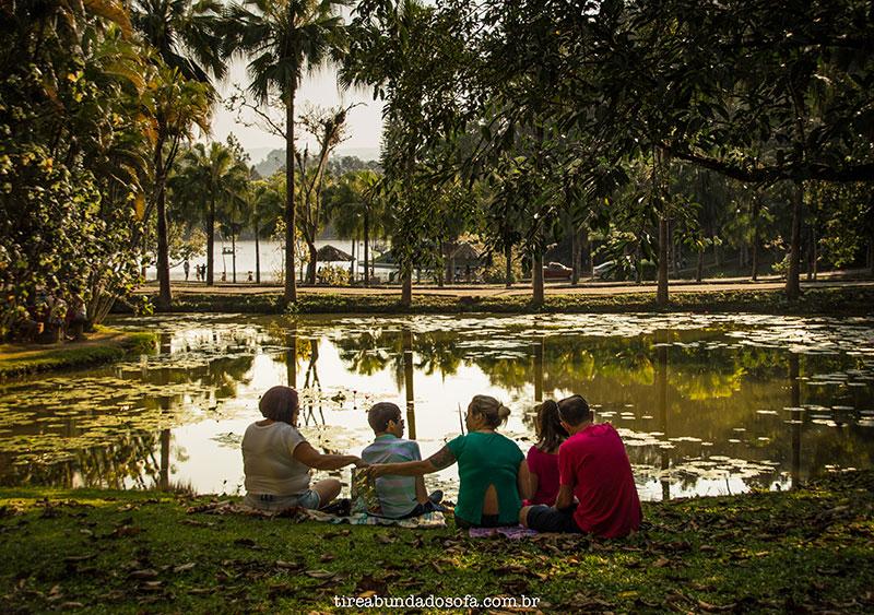 família fazendo piquenique no parque malwee em jaraguá do sul