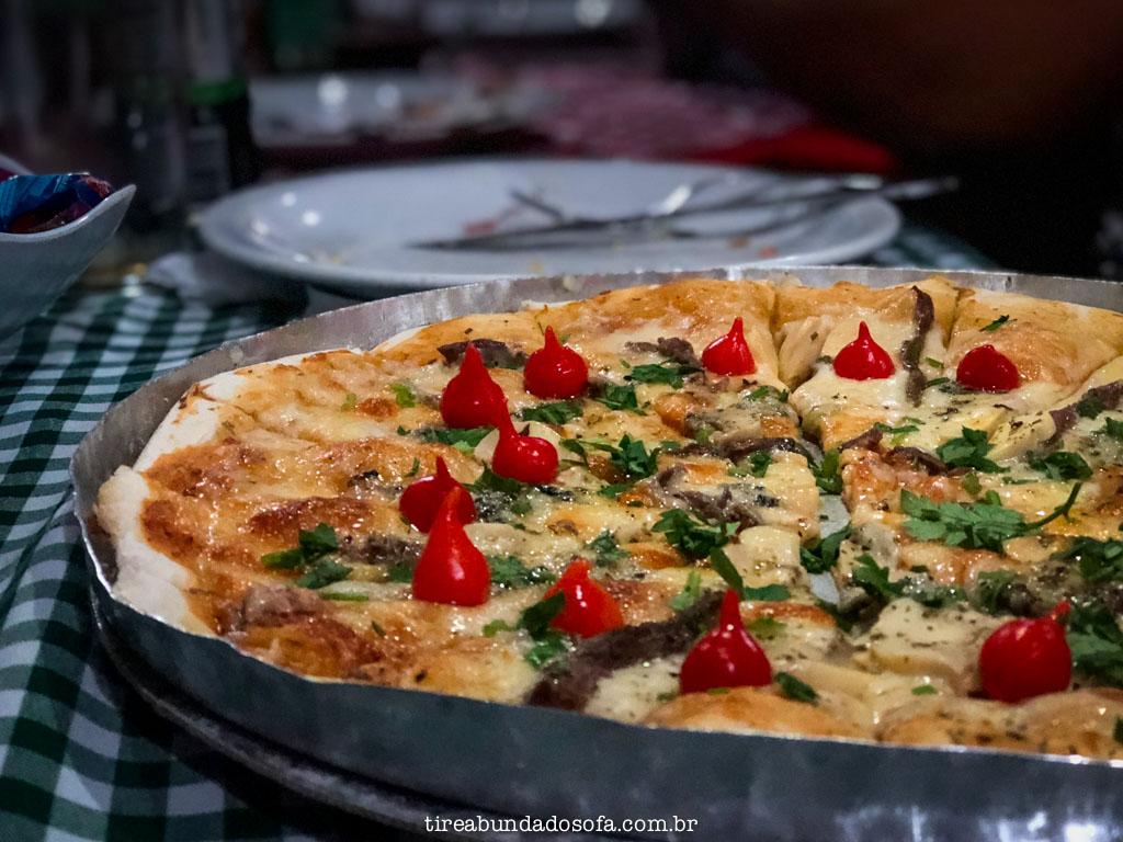 pizza tradicional italiana, na pizzaria lincontro, em santa leopoldina