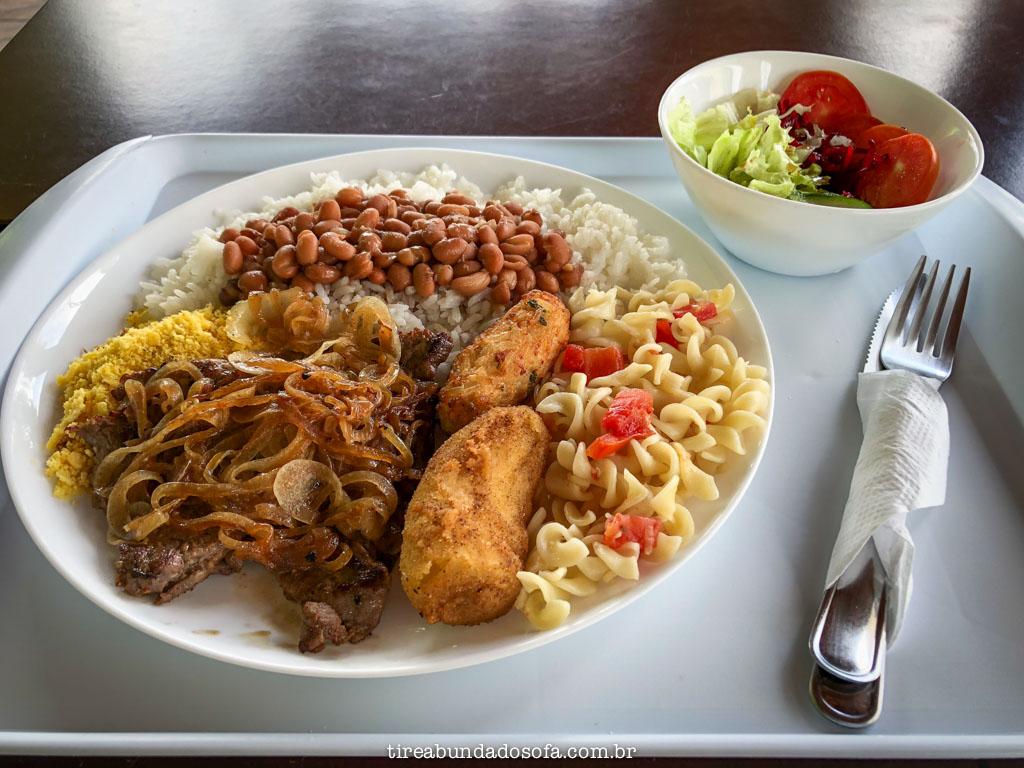 prato feito de comida barata em Cananéia, no restaurante Trapandé