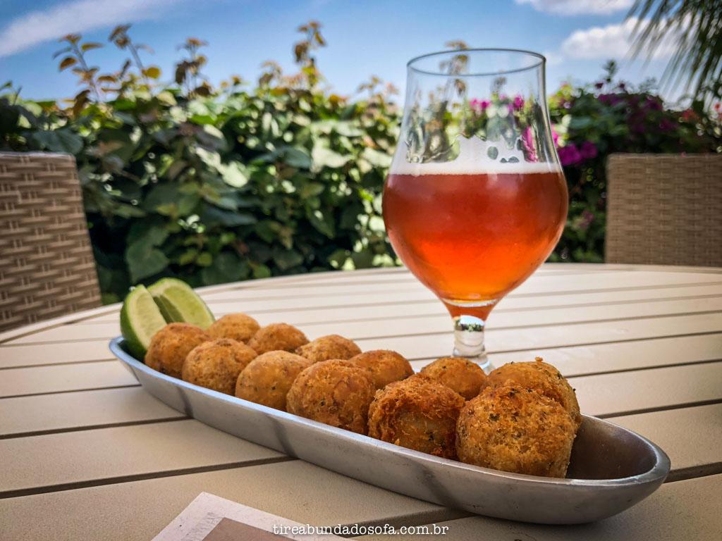 bolinho de bacalhau e cerveja artesanal, no kanto da ilha, em capitólio