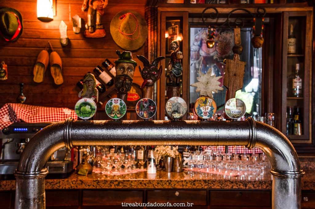 bar do hotel e cervejaria treze tílias park hotel, que produz as próprias cervejas, em santa catarina