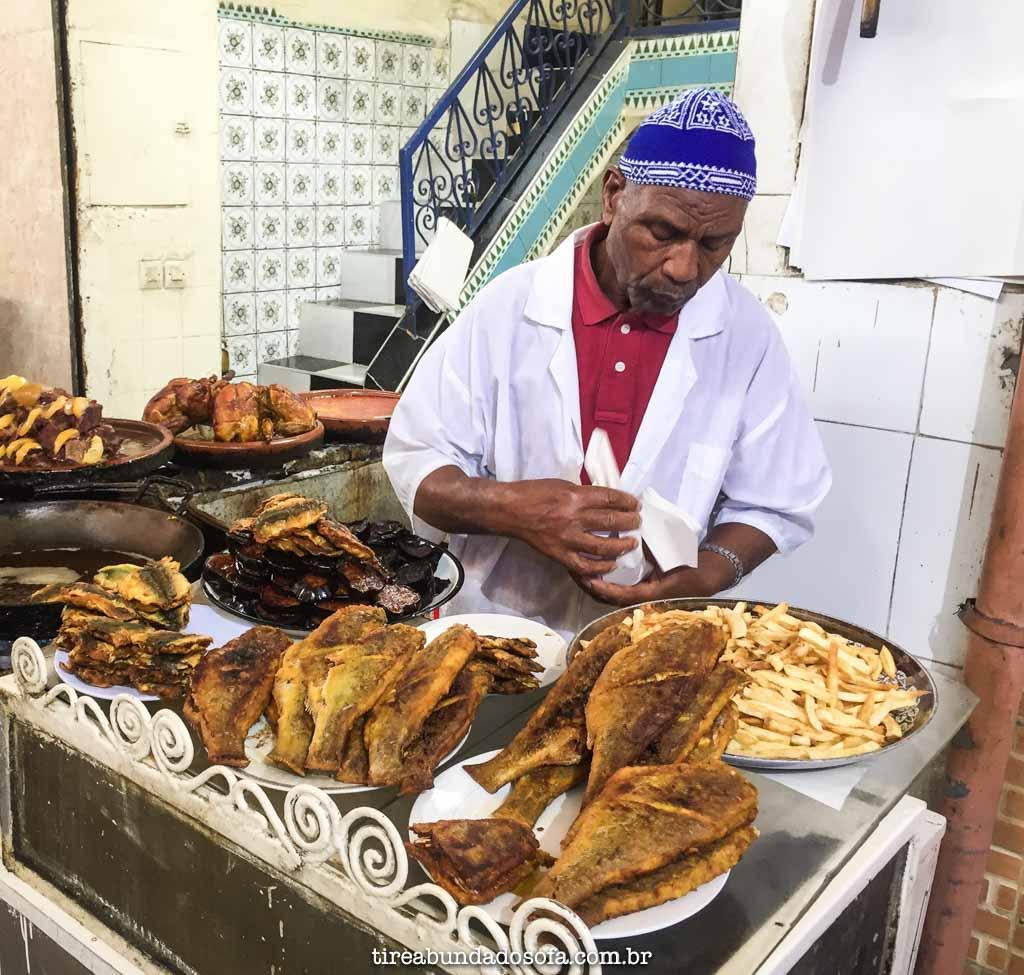 Barraquinha que vende peixe frito, em Marrakech, Marrocos