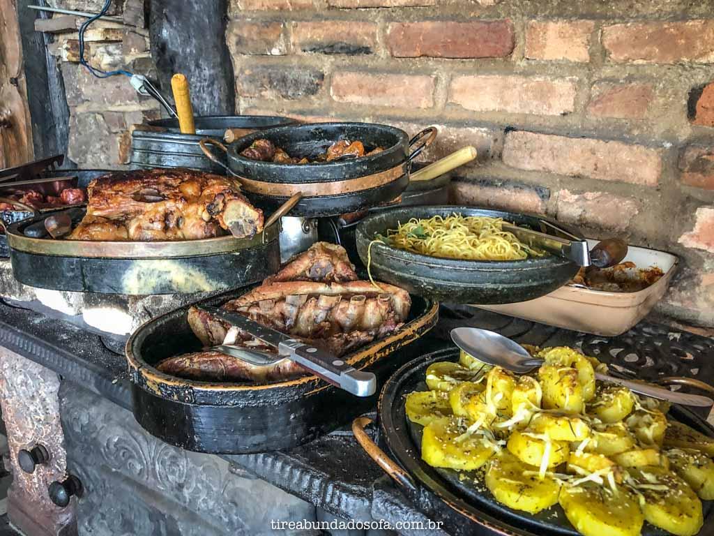 Buffet de comida mineira, no Uai Tchê, em Carrancas