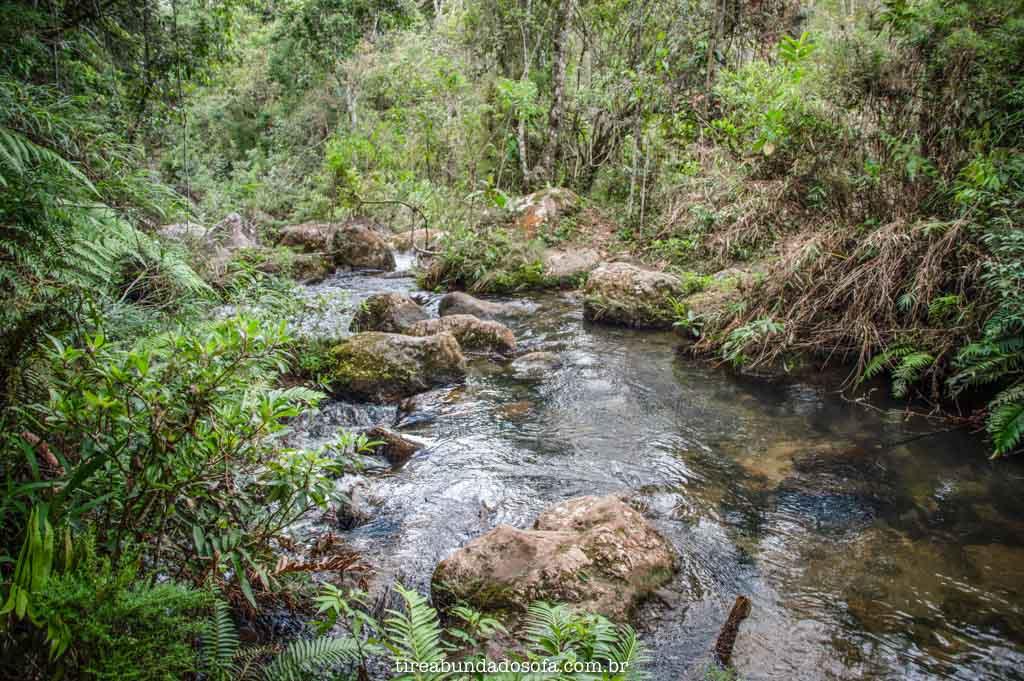 Tem que atravessar um rio, para chegar na cachoeira do fundo, em aiuruoca, minas gerais