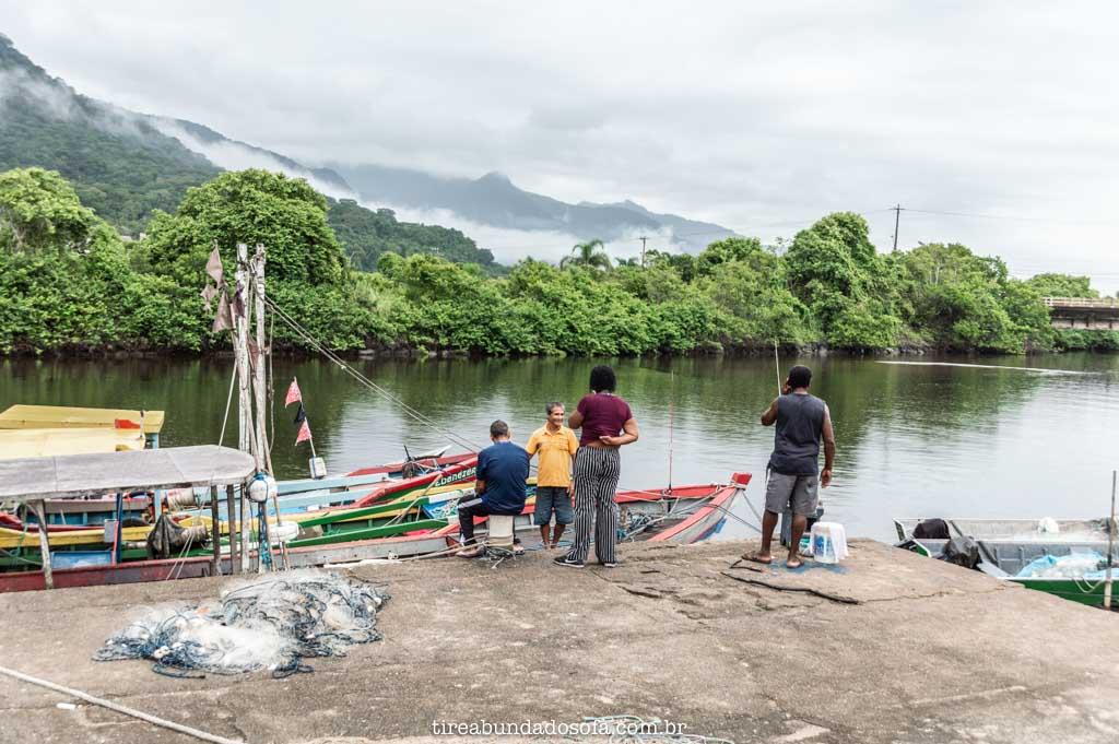 Pescadores em seu dia a dia, no porto de peruíbe, sp