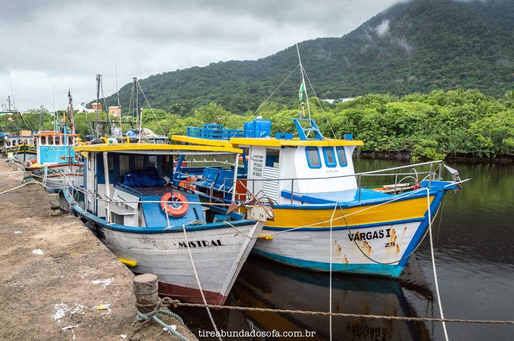 barcos parados no porto de peruíbe, sp