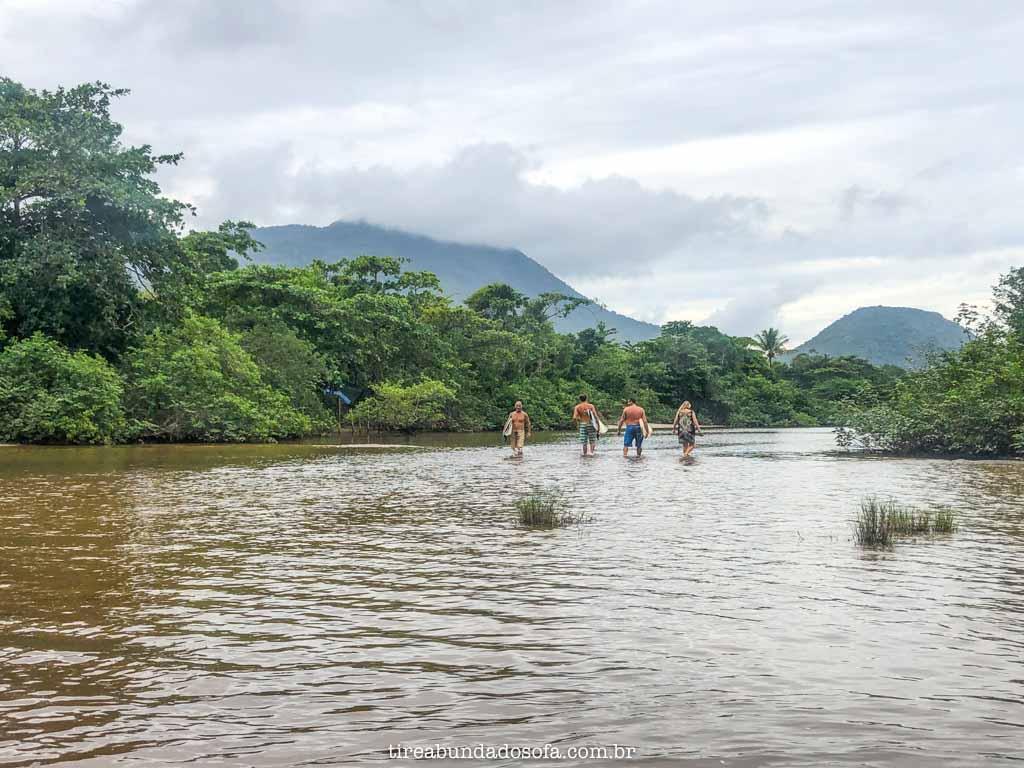 Atravessando o rio de Itamambuca, em Ubatuba