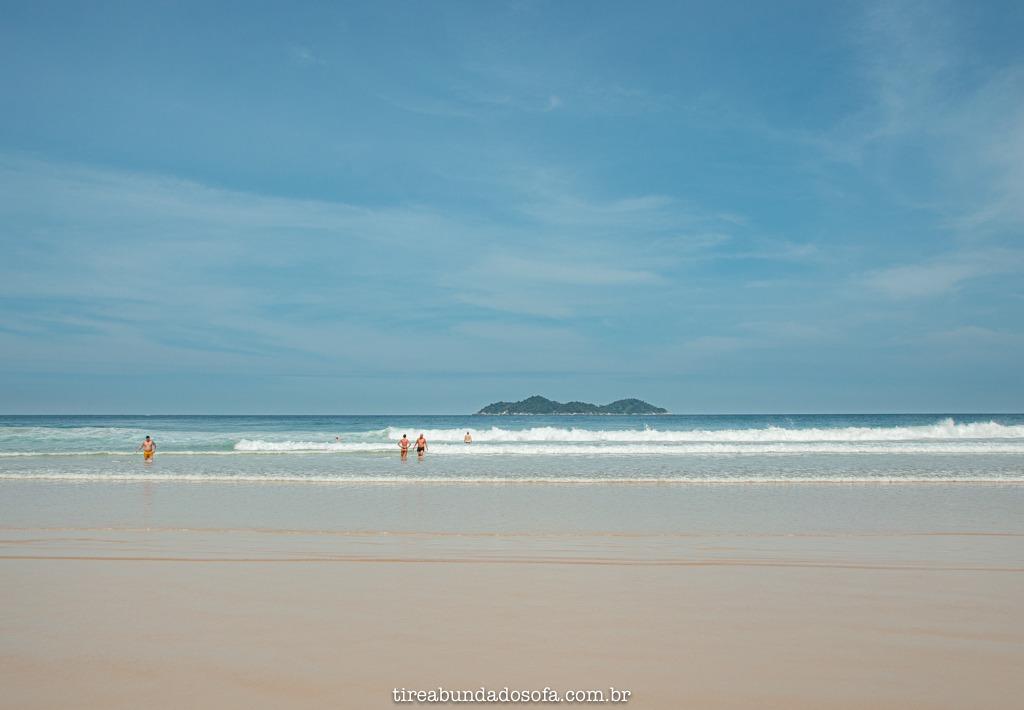 Mar para surfistas e banhistas, na praia de lopes mendes