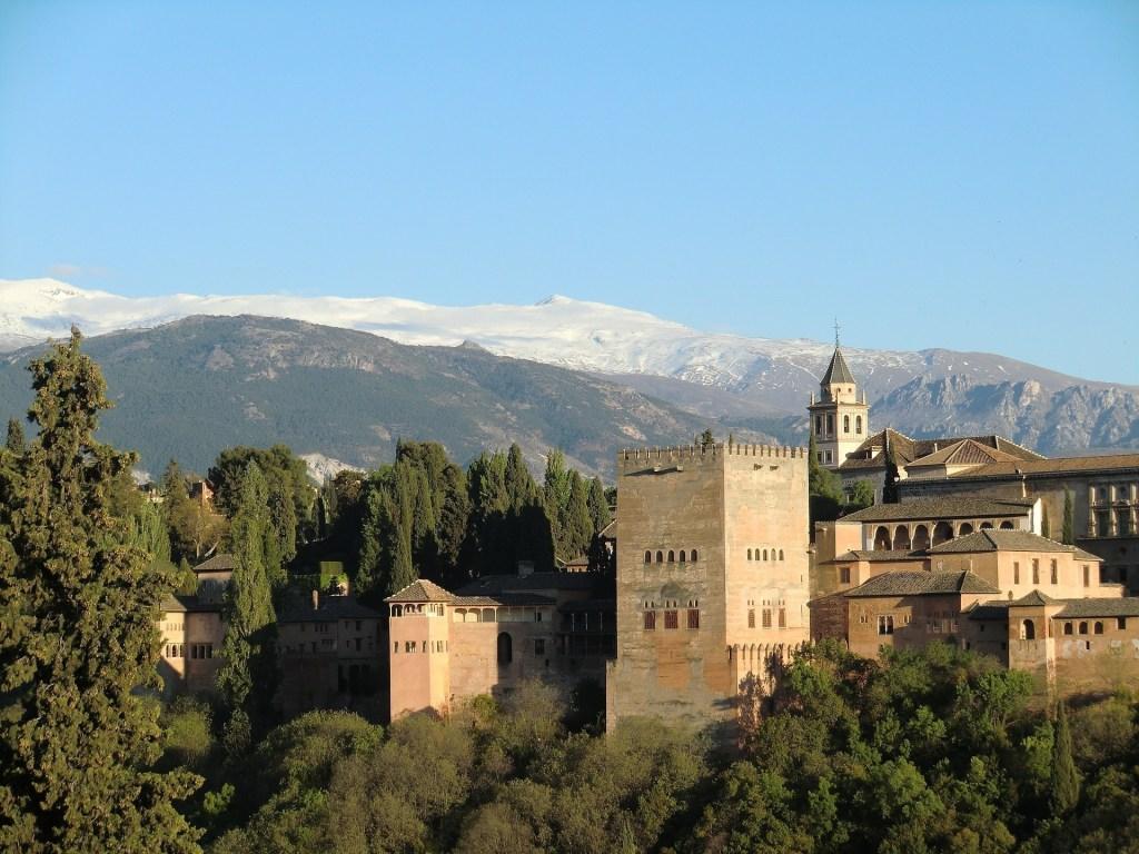 Cidade de Granada com vista para a famosa Alhambra e ao fundo, a Sierra Nevada