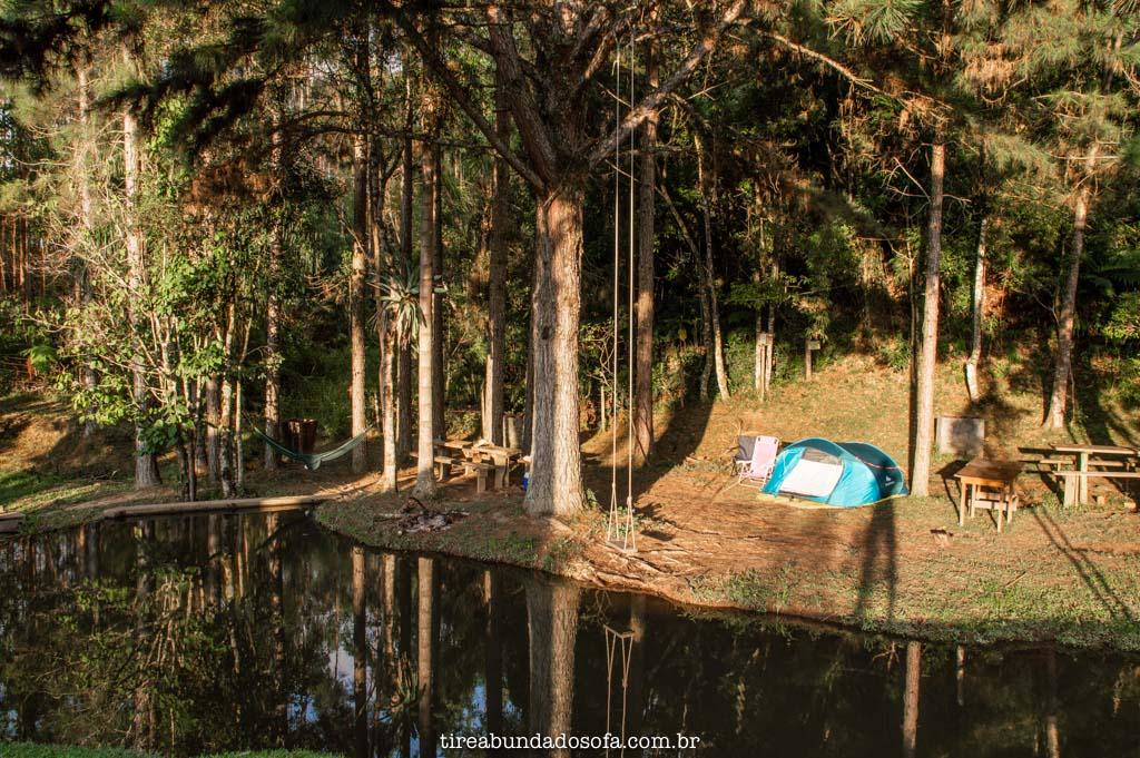 barraca de camping armada na beira do rio, no camping e cachoeira paulista, em doutor pedrinho, santa catarina