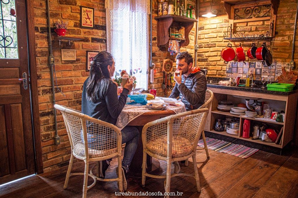casal tomando café da manhã no rancho da serra, em campo alegre