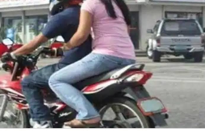 पति से शादीशुदा प्रेमिका को छीन ले गया युवक, सबके सामने बाइक पर बैठाकर भागा
