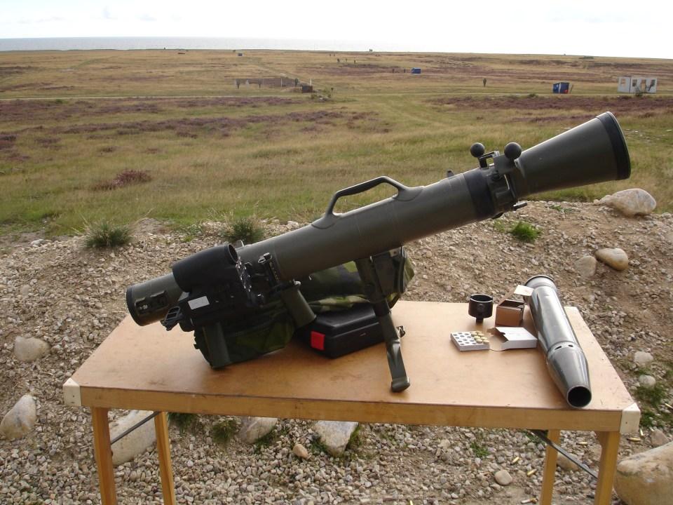 Estación de tiro con armas de gran calibre. Fusil contracarro sin retroceso de 84mm Carl Gustaf (Saab Bofors Dynamics) dotado del visor Aimpoint FCS12