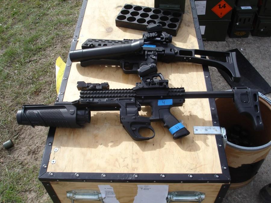 Estación de tiro con armas de gran calibre. Lanzagranadas HK AG36 y FN40GL-S dotados de montura Spuhr y visor Aimpoint Micro T-1