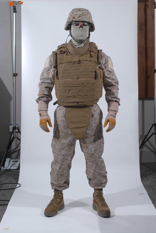 Infante de Marina estadounidense con su chaleco blindado Modular Tactical Vest (MTV) con protección pélvica y casco blindado LightWeight Helmet (LWH).