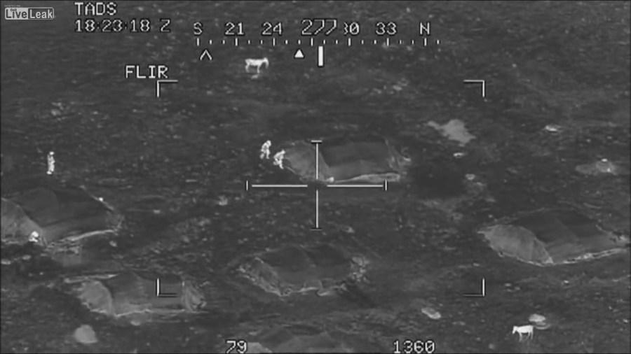 Dos helicópteros de ataque Apache liquidan a toda una sección de talibanes.