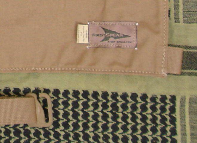 Detalle del sistema de cierre de la cinta que cruza la espalda por la cintura del atalaje de pecho FirstSpear Modular Chest Rig 6/12™.