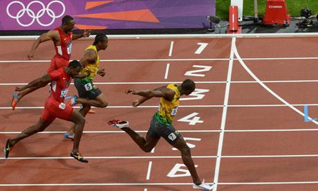 Usain Bolt cruza la línea de meta venciendo en los 100 metros lisos durante las Olimpiadas de Londres 2012.