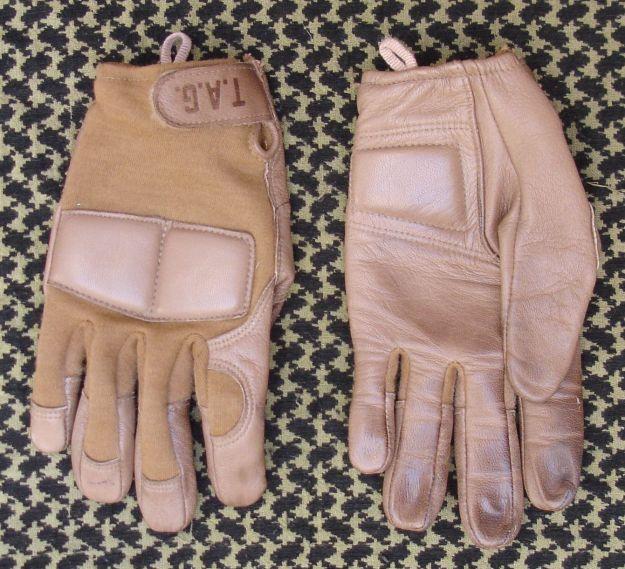 Guantes de combate TAG con protección blanda en los nudillos.