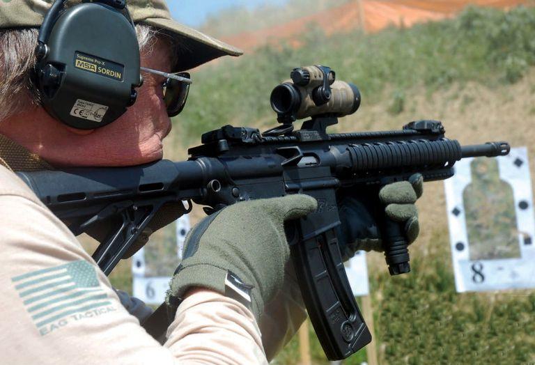 Paul Paskey dispara a los blancos con un fusil S&W M&P15-22 en las instalaciones de la Policía Local del Condado de Boone en Lebanon, Indiana (EE.UU.). El Inspector [Sheriff] Ken Campbell es un gran defensor de la Segunda Enmienda y lleva muchos años formando ciudadanos en este campo de tiro. Paul tiene seis hijos y todos disparan. Utiliza el .22 LR para reducir el gasto en munición.